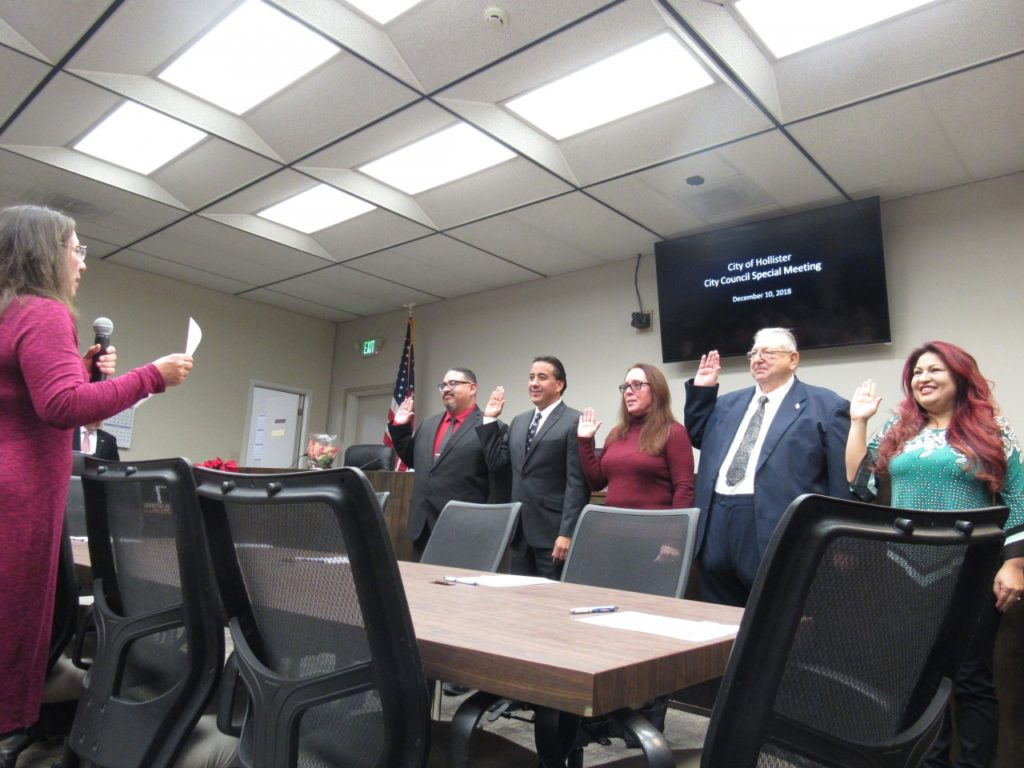 City Clerk Christine Black (left) leads the elected and re-elected officials in the oath before taking their new positions. From left to right: Rolan Resendiz, Ignacio Velazquez, Honor Spencer, Marty Richman and Anietra Gomez. Photo by Noe Magaña.