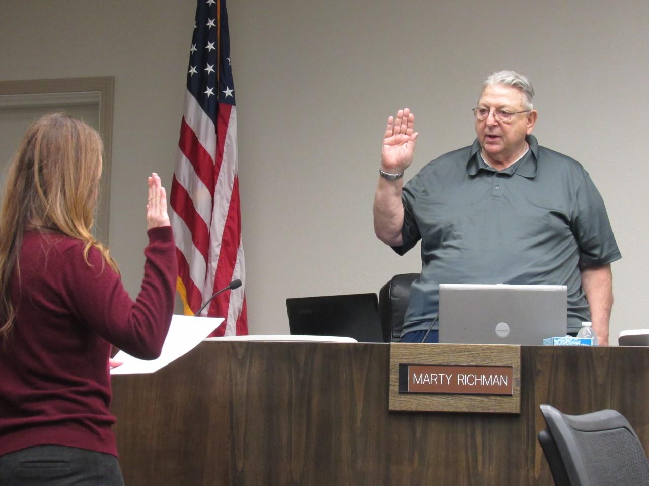 Councilman Marty Richman being sworn in as Vice Mayor. Photo by Noe Magaña.