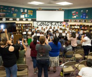 Padres toman fotos de los estudiantes que fueron reclasificados. Fotos por Noe Magaña.