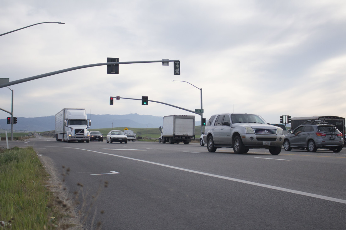 Motorists on Highway 156 crossing the intersection with Highway 25. Photo by Noe Magaña.