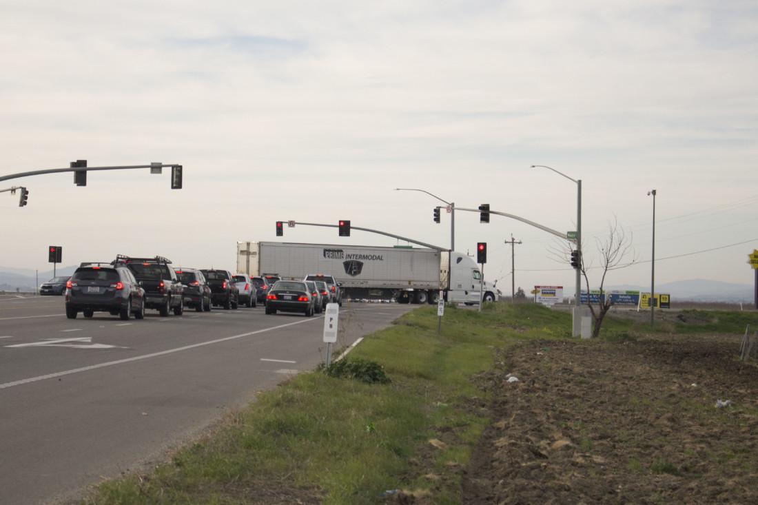 Motorists on Highway 25 waiting on the light signal. Photo by Noe Magaña.