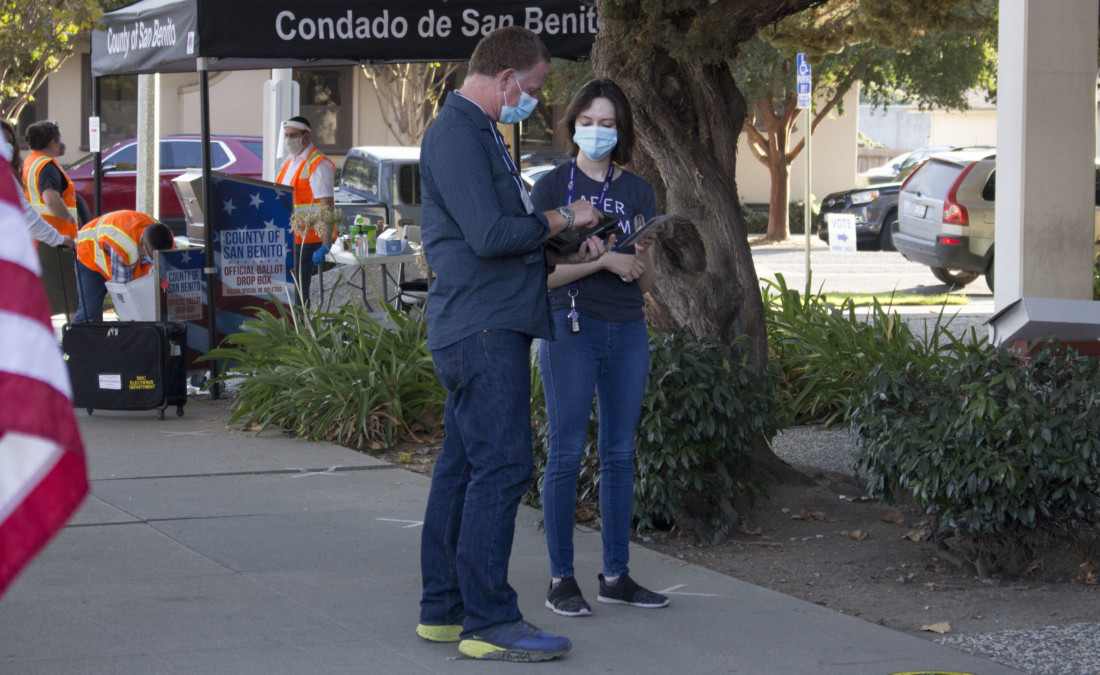 Craig Parsons helps a voter. Photo by Noe Magaña.
