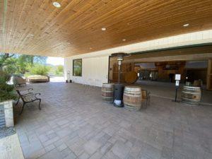 L'entrée de la grange événementielle du ranch Paicines, généralement utilisée pour les cocktails, est également un espace de table supplémentaire que le lieu peut utiliser pour des événements. Photo de Jenny Mendolla Arbizu.
